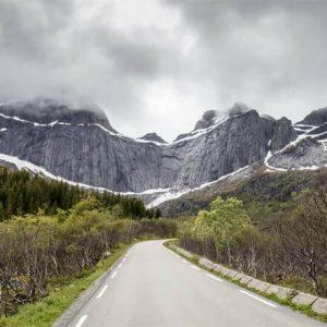 Фотообои Дорога в снежные горы